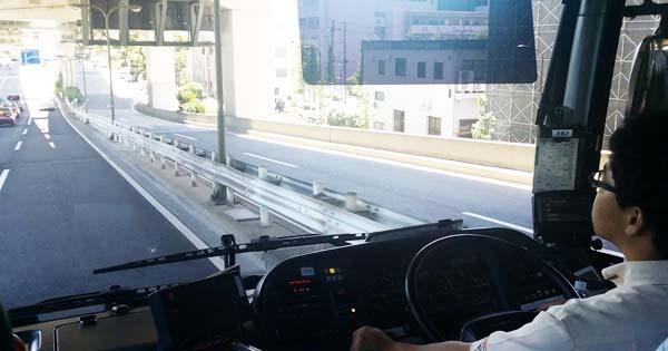 バスで羽田空港に向かう