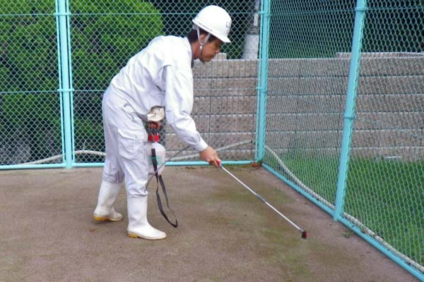 人工芝リフレッシュ ②コケ防除剤散布