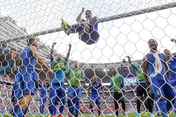 スペインに勝ち、喜ぶイタリアの選手たち
