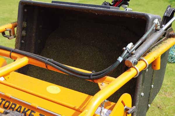 バーチカルモア 大容量の集塵ボックスには油圧式排出機構も追加可能